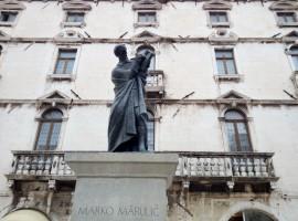 Statua dello scrittore croato Marko Markovic.