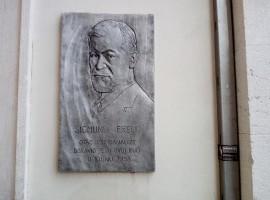 Targa dedicata allo psicologo Sigmund Freud.