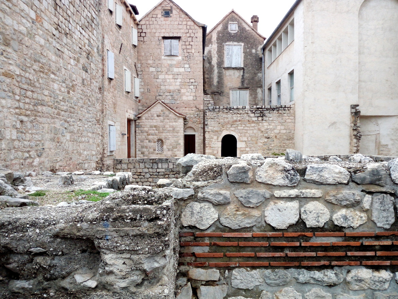 Antiche mura romane. Cosa fare a Spalato? Scoprire le meraviglie del Palazzo di Diocleziano