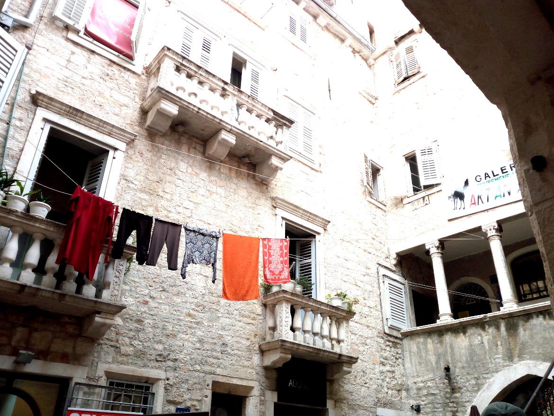 Silenzio e panni stesi tra alcune case del centro storico di Spalato.