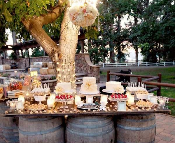 Tavola con botti di vino, foto via Pinterest
