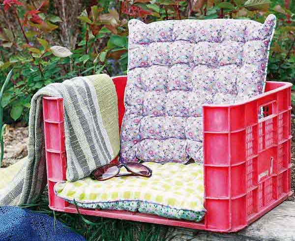 Sedia da giardino ricavata da una cassetta, foto via Pinterest