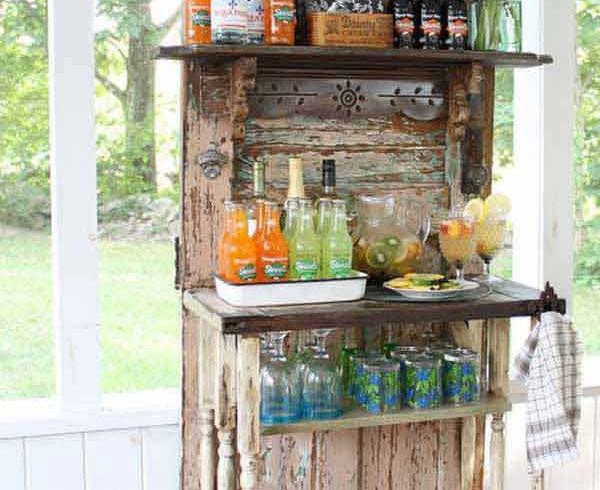 Riutilizzo porta vintage come angolo bar, foto via Pinterest