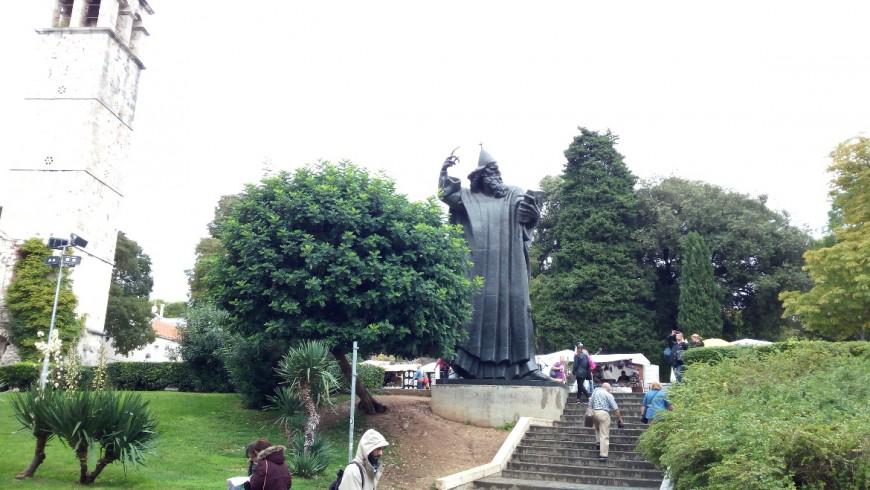 Cosa fare a Spalato? Accarezzare l'alluce portafortuna della Statua di Gregorio di Nona, opera dallo scultore croato Ivan Meštrović.