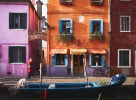 Burano, mete a colori, foto di Luca Bravo via Unsplash