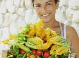 Assapora piatti di verdura genuina, proveniente dall'orto del'ecovillaggio Maremirtilli, Tree Sleeping