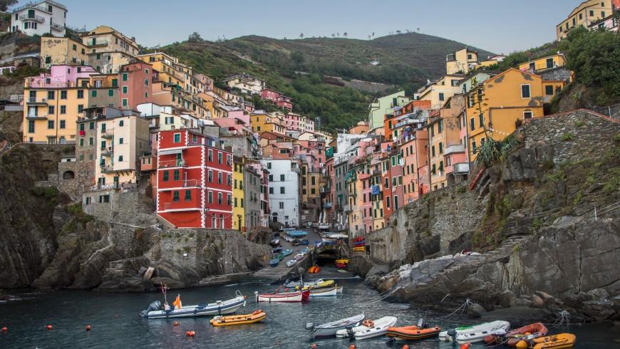 Le Cinque Terre, vacanze a colori, foto di Raul Taciu via Unsplash