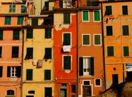 Casa colorate, Cinque Terre, vacanze a colori, foto di Sarah Ferrante via Unsplash