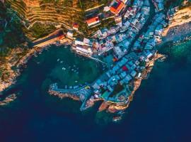 Cinque Terre dall'alto, foto di Wellington Rodrigues via Unsplash