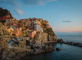 Cinque Terre, vacanze a colori, foto di Yifei Chen via Unsplash