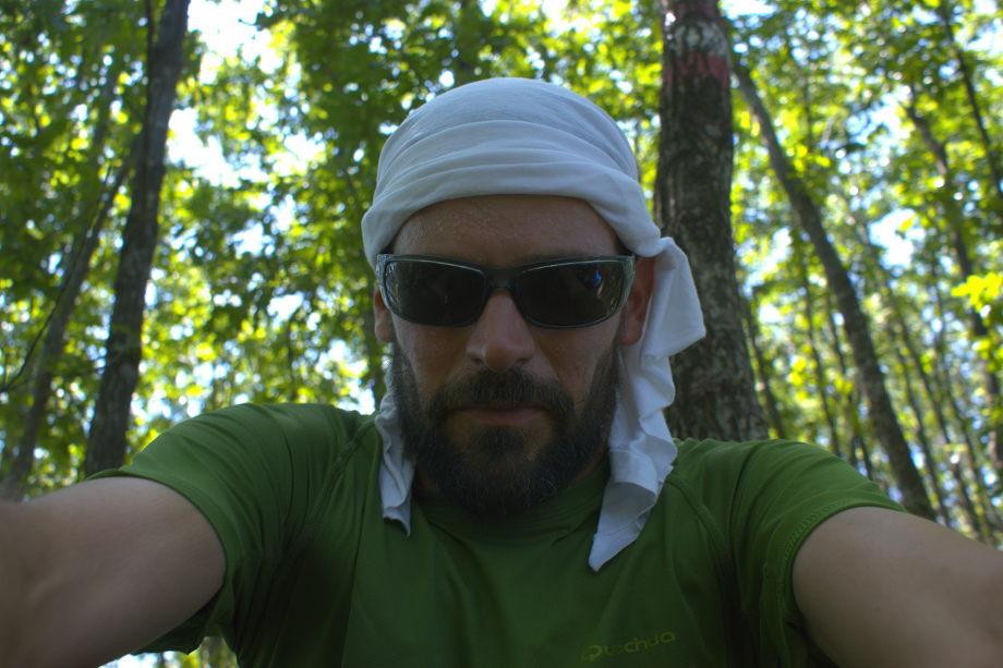 Graziano Viviani, autoscatto nel bosco durante il percorso a piedi di 400 km attraverso l Appennino