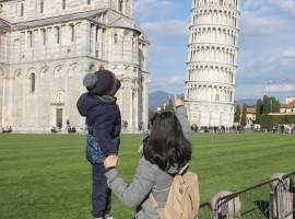 Marzia e il suo bimbo in Piazza dei Miracoli