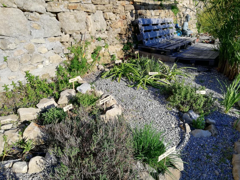 Un angolo relax nel grande giardino terrazzato di Agrilunassa che si affaccia sul mare, tra le colline di Bordighera