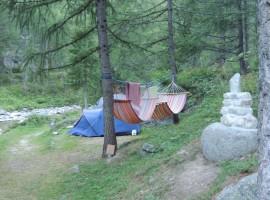 Amache e tende nel bosco, Camping Piccolo Paradiso, Ceresole Reale