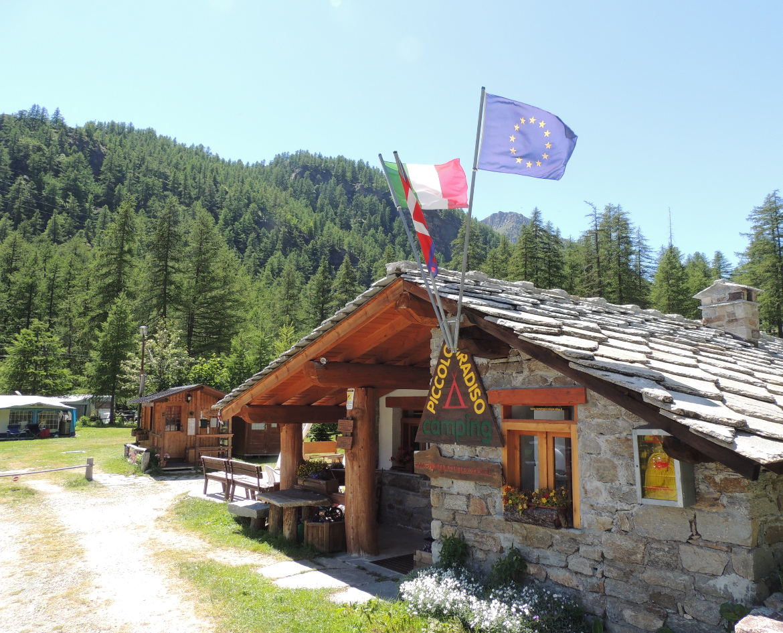 Edificio in legno e pietra tipica, all'ingresso del camping Piccolo Paradiso