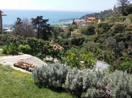 Il giardino vista mare di Agrilunassa, eco-ospitalità tra le colline di Bordighera