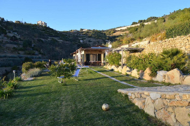 La natura che circonda la Guesthouse Agrilunassa, tra le colline di Bordighera