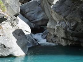 Rocce e torrente sembrano una scultura artistica