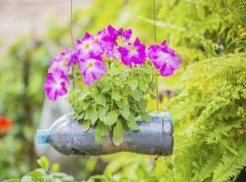 Bottiglie di plastica come vasi di fiori - foto via UnaDonna