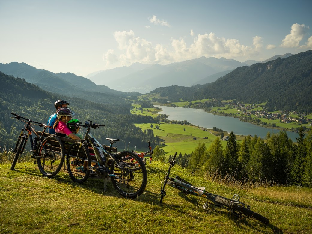 In mountain bike attorno al lago di Weissensee, Austria, Carinzisa