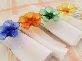 Portatovaglioli coi fondi delle bottiglie di plastica - Foto via Reciclo Creativo