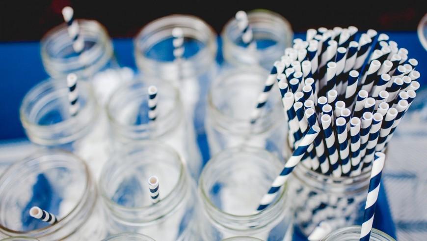 Sostituisci le cannucce di plastica con quelle di carta: colorate, divertenti ed ecosostenibili! Foto di Danielle MacInnes via Unsplash