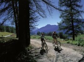 In mountain bike a Chamois, Valtournance, una delle località di montagna per una vacanza senza auto