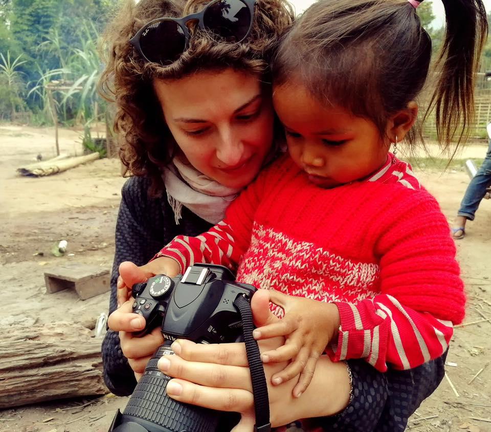 Teresa Agovino incontra una bambina durante il suo viaggio in Laos