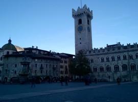 Piazza Duomo a Trento, Italia in treno