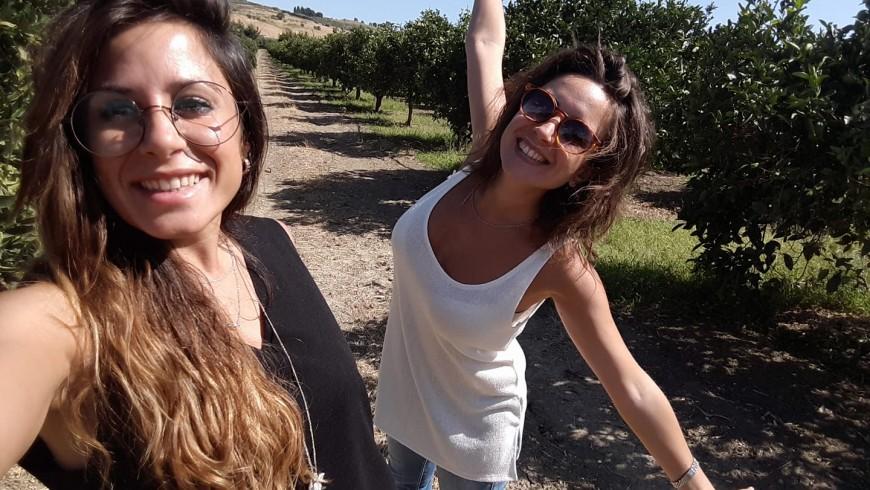 Nadia e Ilenia nel loro agrumeto bio nella campagna di Sciacca, Sicilia