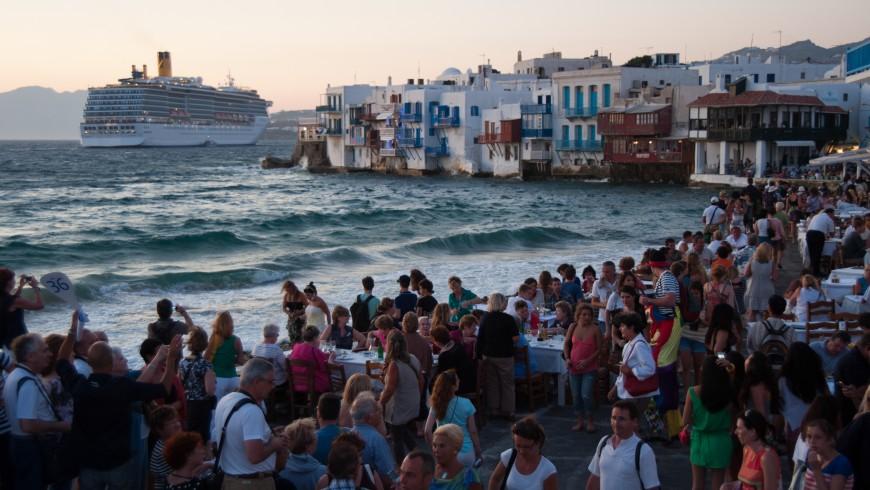 Turistizzazione: sovraffollamento e paesaggio rovinato dai prodotti del turismo di massa.