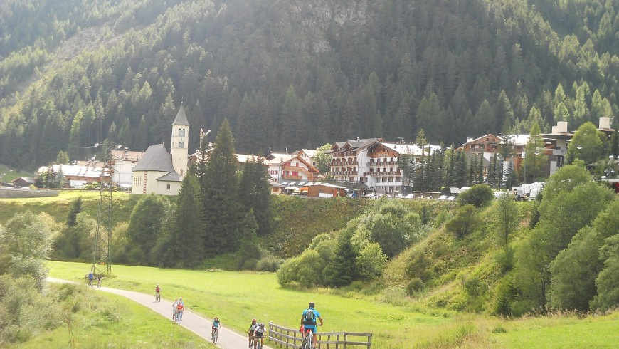 The cycling path through Fassa Valley. Photo via Wikimedia Commons