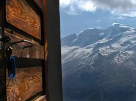 Vista sulle Alpi innevate dal Rifugio Muzio