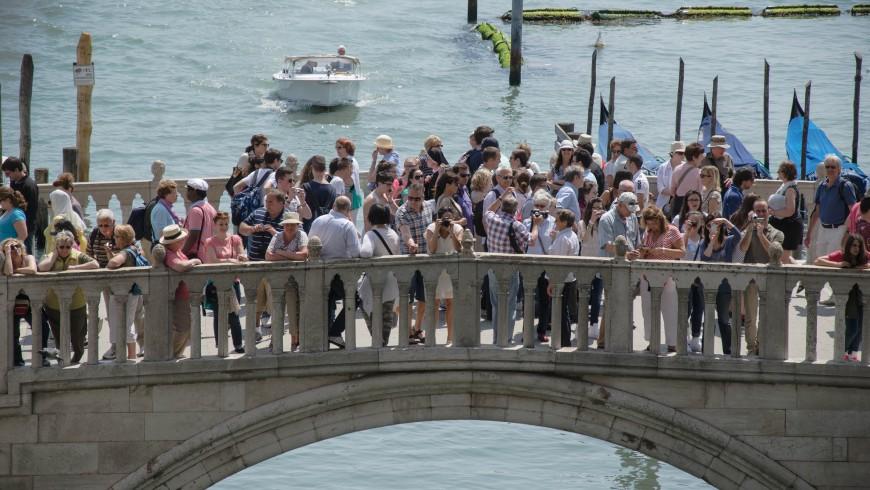 Turistizzazione: le città invase da troppi turisti.