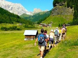 Lunghe passeggiate immerse nel paesaggio dolomitico della Val di Fassa, partendo dall'hotel Garden