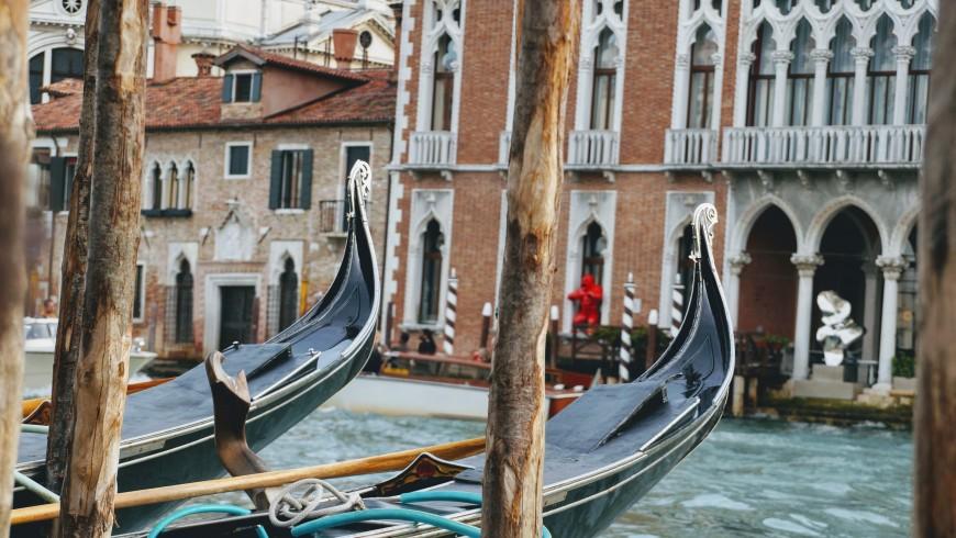 gondole nere sull'acqua della laguna di Venezia