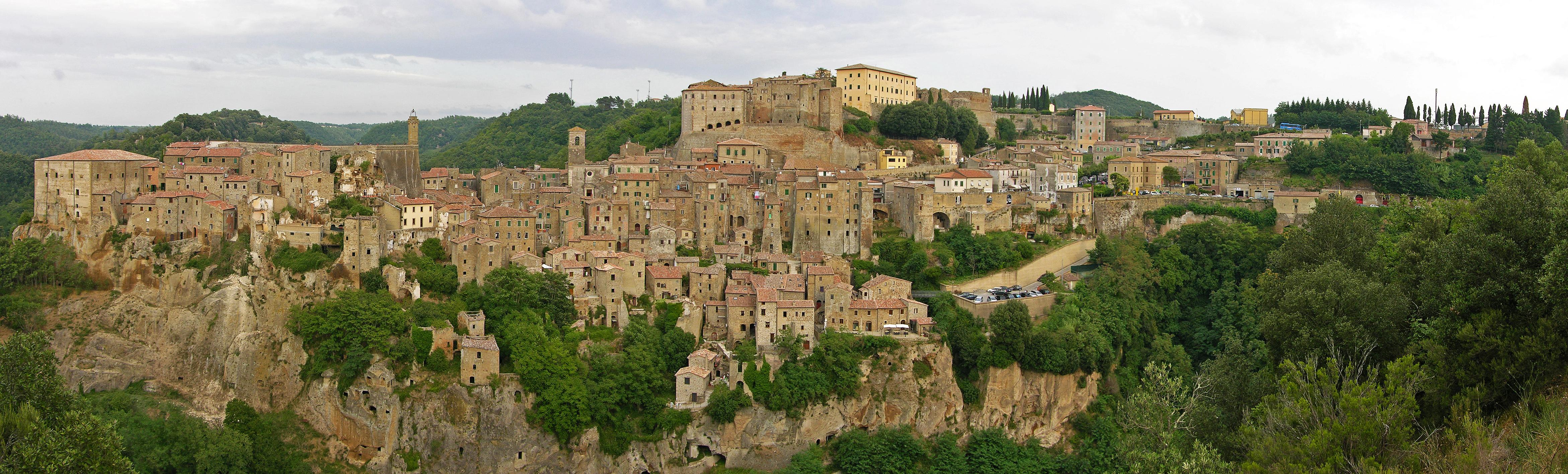 Panorama dell'antico e suggestivo borgo di Sorano, vicino all'agriturismo Podere di Maggio