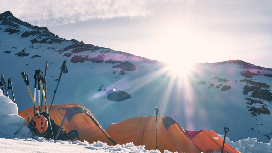 Tende ai primi raggi del sole, foto di Todd Diemer, via Unsplash