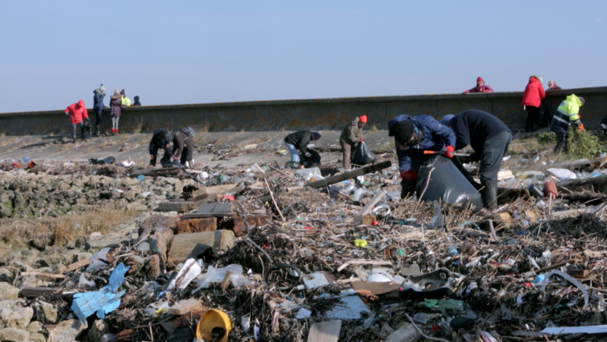 Attivisti puliscono gli argini del Tamigi