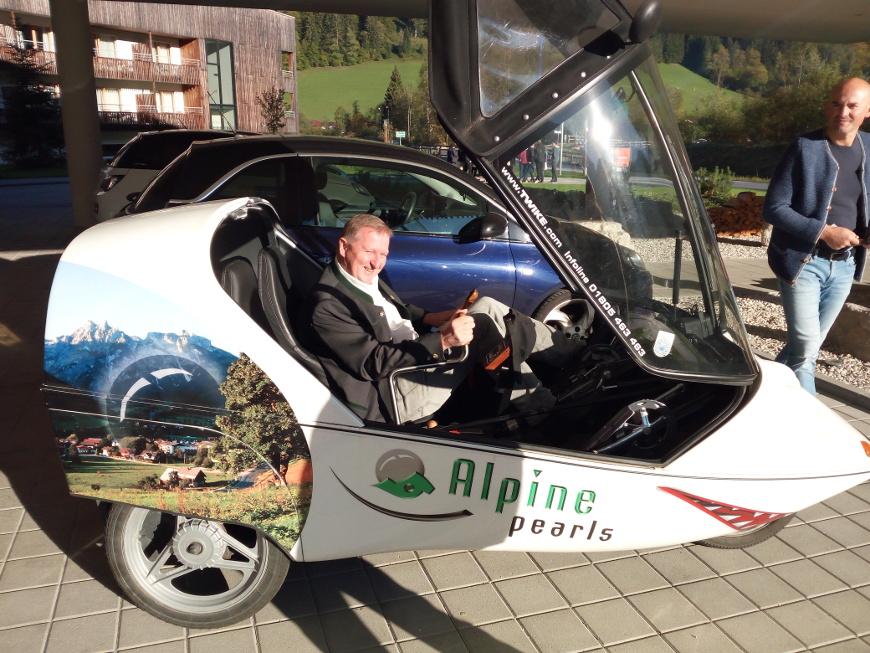 Peter Brandauer, sindaco di Werfenwng, a bordo di uno dei numerosi veicoli elettrici della Perla Alpina