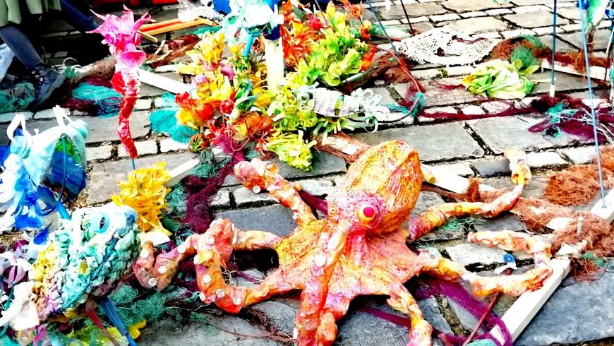 Pesci, polipi e meduse in plastica riciclata, realizzati durante i laboratori creativi del Posidonia Green Festival a Barcellona