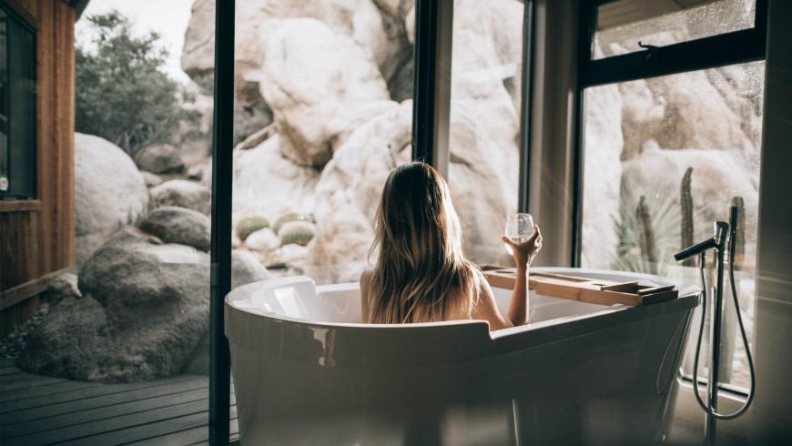 bagno con acqua calda riscaldata da pannelli solari nel tuo hotel green