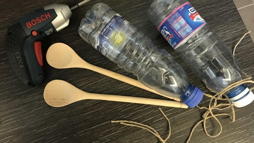 strumenti per riciclo creativo: bottiglie di plastica, corda, cucchiaio di legno