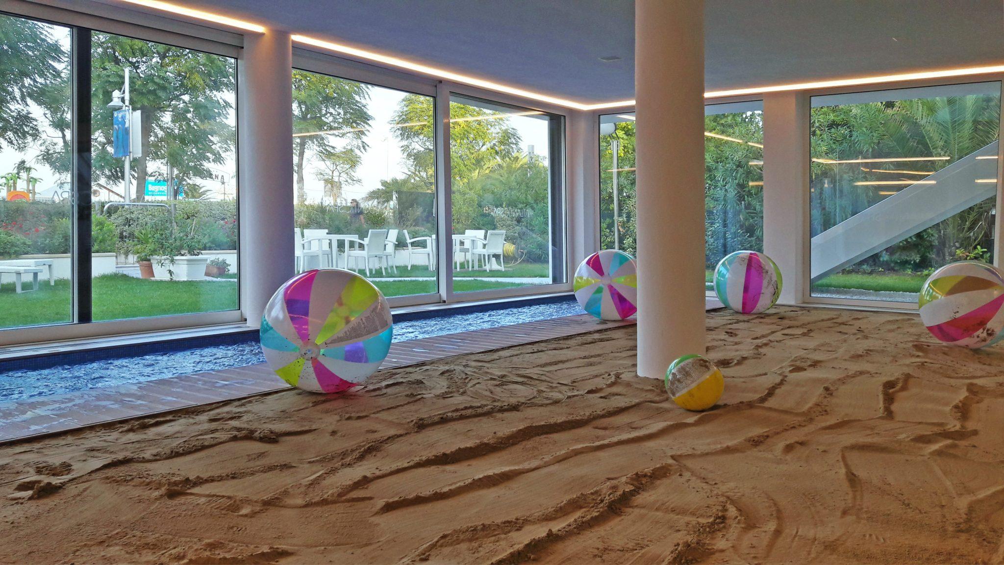 Nell'Atlantic Spa di Riccione, l'elemento di sopresa, l'unicità, è la Spiaggia d'Inverno, all'interno dell'albergo, con sabbia vera, piccola piscina (per i bambini) e lampade a raggi infrarossi.