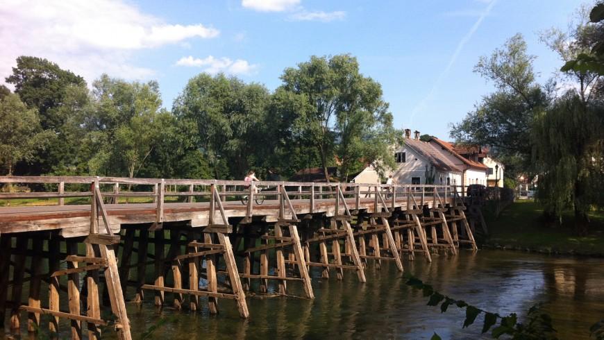 ponte di legno, pedonale e ciclabile, che porta nel centro di Kostanjevica na Krki