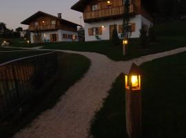 Pineta Natural Chalet, Tavon, Trentino, luci soffuse di notte