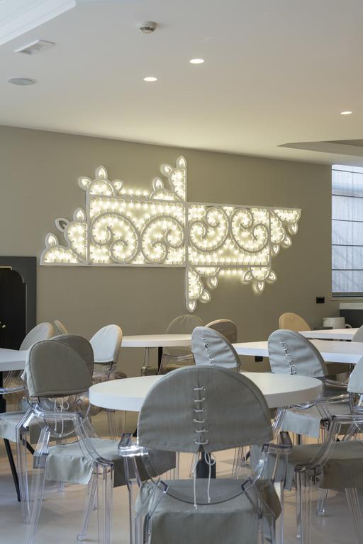 Illuminazione che ricorda la tipica luminaria, Hotel Ariae a San Giovanni Rotondo