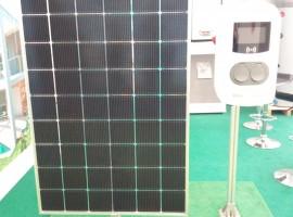 colonnina di ricarica con pannello fotovoltaico