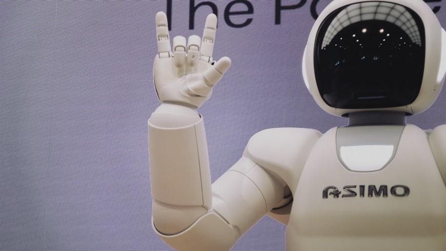 robot asimo che saluta