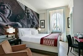 camera dell'hotel indigo a roma che racconta la storia della città